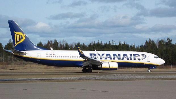 Ryanair_EI-ENG_at_Turku_Airport_01