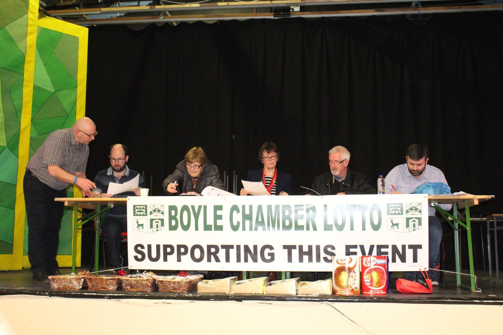 Photo of €2500 raised at Bright Sparks quiz